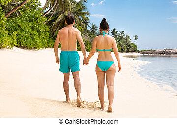 marche, couple, jeune, ensemble, plage, vue postérieure