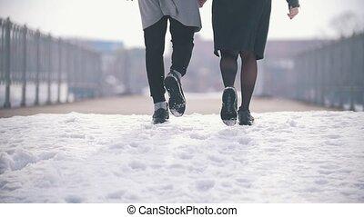marche, couple, jeune, main, vue postérieure