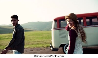 marche., couple, jeune, roadtrip, par, campagne, vue postérieure