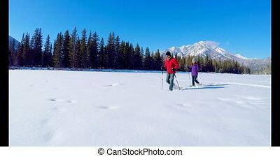 marche, couple, neigeux, skieur, paysage, 4k