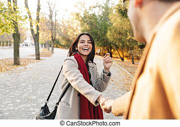 marche, couple, parc, jeune, automne, quoique, tenant mains, portrait, sourire heureux