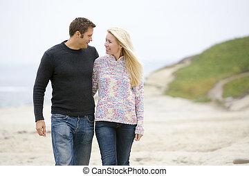 marche couples, à, plage, sourire