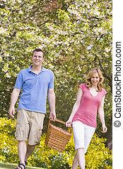 marche couples, dehors, à, panier pique-nique, sourire