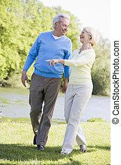 marche couples, dehors, à, parc, par, lac, sourire