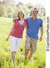 marche couples, dehors, avoirs fleurissent, sourire