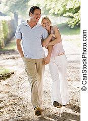 marche couples, dehors, bras dessus bras dessous, sourire