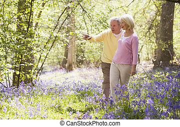 marche couples, dehors, pointage, et, sourire
