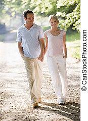 marche couples, dehors, tenant mains, et, sourire