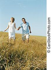 marche couples, dehors, tenant mains, sourire