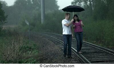 marche couples, pluie