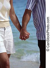 marche couples, sur, plage, tenant mains