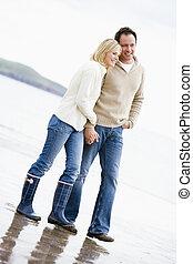marche couples, sur, plage, tenant mains, sourire