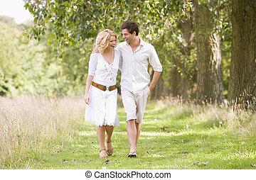 marche couples, sur, sentier, sourire