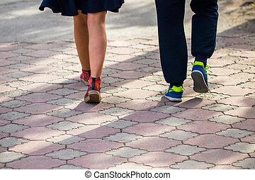 marche, dans, chaussures sport, sur, trottoir, dans, printemps, jour