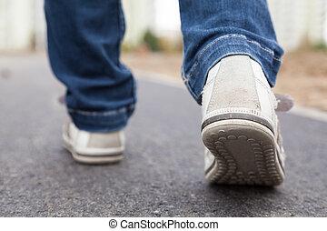 marche, dans, chaussures sport, sur, trottoir