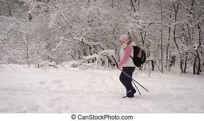 marche, dehors, lifestyle., hiver, habillé, rapidement, pantalon noir, polonais, blanc, ski, femme, gilet, nature, chaud, démontrer, actif, sentier, sain, nordique, vue côté