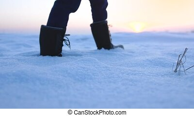 marche, dehors, pendant, hiker., récréatif, snow., profond, activité, mâle, étapes, hiver, coucher soleil, pied, pieds