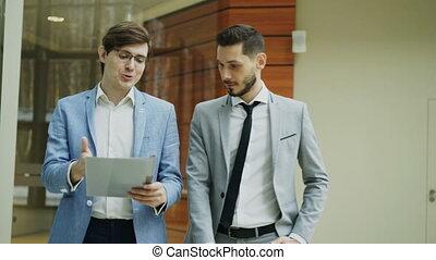 marche, documents, bureau, moderne, collègues, deux, hommes affaires, discuter, salle