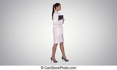 marche, documents, tenue, docteur, gradient, portables, arrière-plan., femme, sourire, ou, heureux