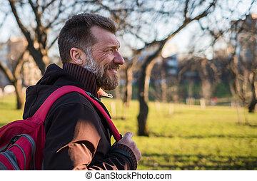 marche, ensoleillé, sac à dos, parc, sourire., mûrir, jour, homme