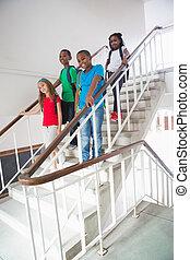 marche, escaliers bas, mignon, sourire, appareil photo, élèves