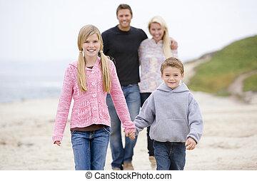 marche famille, à, plage, tenant mains, sourire