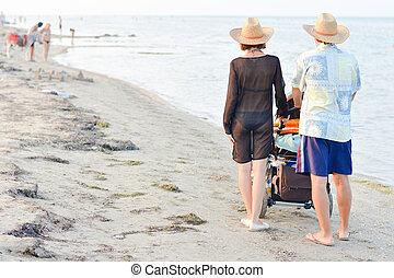 marche, famille, jeune, bébé, plage, poussette, sablonneux, heureux