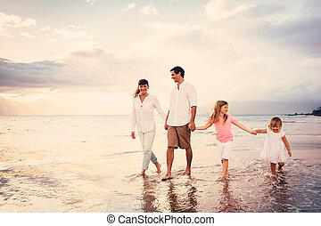 marche, famille, jeune, coucher soleil, amusez-vous, plage, heureux