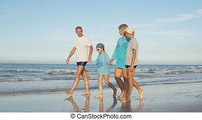 marche, famille, jeune, long, plage, heureux