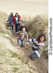 marche famille, long, dunes, sur, hiver, plage