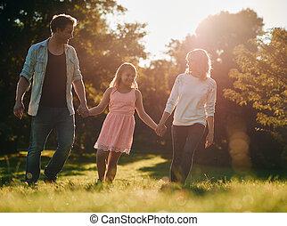 marche, famille, parc, jeune, ensemble, par, tenant mains, heureux
