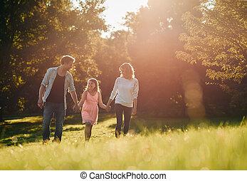 marche, famille, parc, jeune, quoique, par, tenant mains, heureux