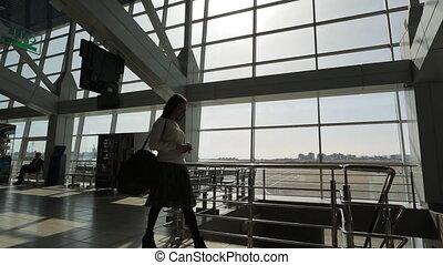 marche, femme, attente, jeune, aéroport, salle