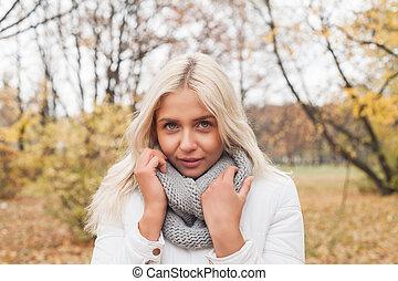 marche, femme, automne, parc, automne, arrière-plan., dehors, girl