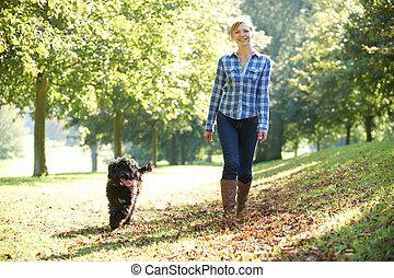 marche femme, chien