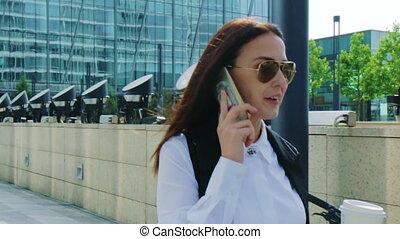 marche, femme, coup, business, conversation, sur, jeune, téléphone, suivre