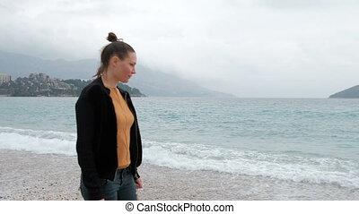 marche, femme, couvert, matin, brumeux, plage, waves.