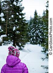 marche femme, dans, hiver, forêt, sur, neigeux, piste