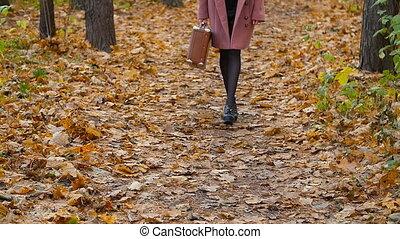 marche femme, dans, les, automne, parc