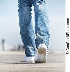 marche femme, dehors, dans, confortable, blanches chaussures