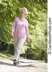 marche femme, dehors, sourire