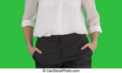marche, femme, elle, business, décontracté, chroma, écran, vert, key., poches, mains
