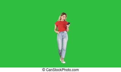 marche, femme, elle, chroma, texting, écran, téléphone, vert, key., blond, intelligent