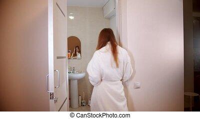 marche femme, elle, salle bains, peignoir, jeune