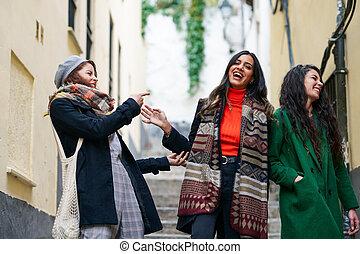 marche femme, ensemble, trois, dehors, groupe multi-ethnique, heureux