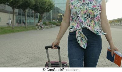 marche femme, fetes, aéroport., sourire, rejoices., vacances...