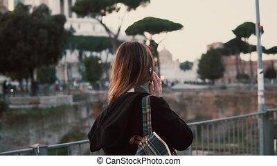 marche, femme, forum, italy., rome, vacances, conversation, romain, téléphone., avoir, fille souriant, heureux