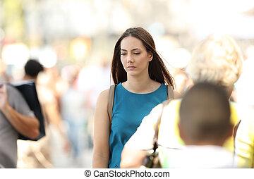 marche, femme, gens, entre, seul, sentiment