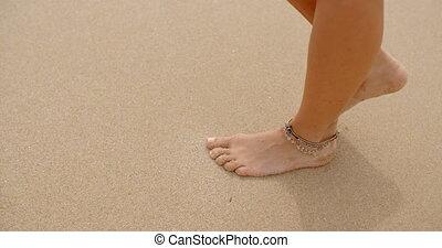 marche, femme, haut fin, plage, sablonneux