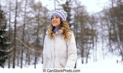 marche, femme, hiver, forêt parc, ou, heureux
